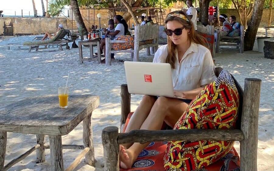 Remote in Diani Beach - Bikini aan, zonnebril op en met je laptop aan het zwembad!